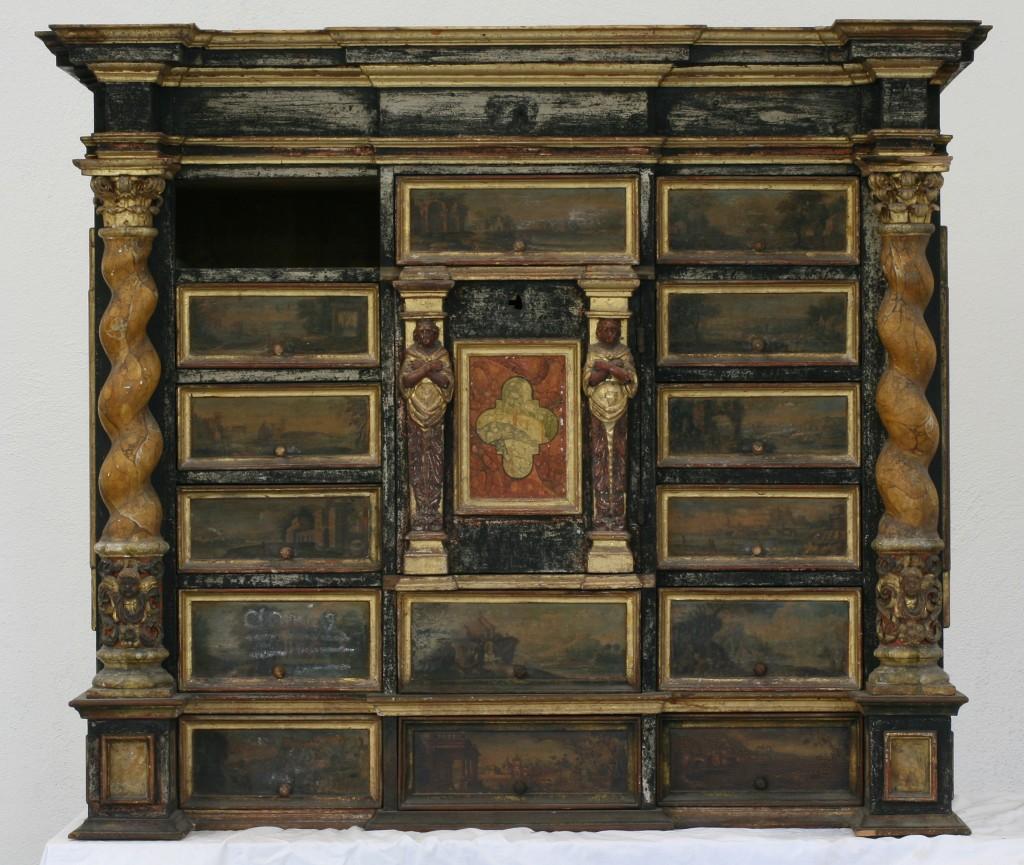 Kabinettschrank vor der Restaurierung